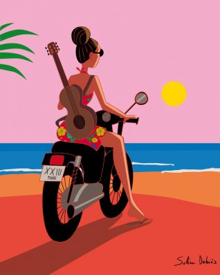 fille sur une moto à la mer avec guitare